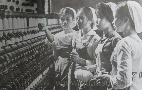 KH&CN tiếp thu làm chủ kỹ thuật từ các nước xã hội chủ nghĩa anh em để thiết kế, thi công các công trình, nhà máy, xí nghiệp lớn làm trụ cột cho nền công nghiệp non trẻ. Trong ảnh: Nhà máy dệt Nam Định.