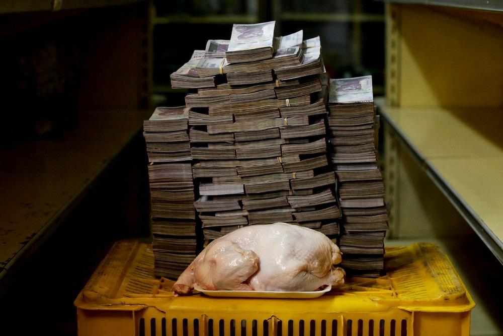 Lượng tiền Bolivars đủ để mua một con gà (2,4 kg) ở Venezuela hiện tại. Ảnh: Carlos Garcia Rawlins/Reuters.