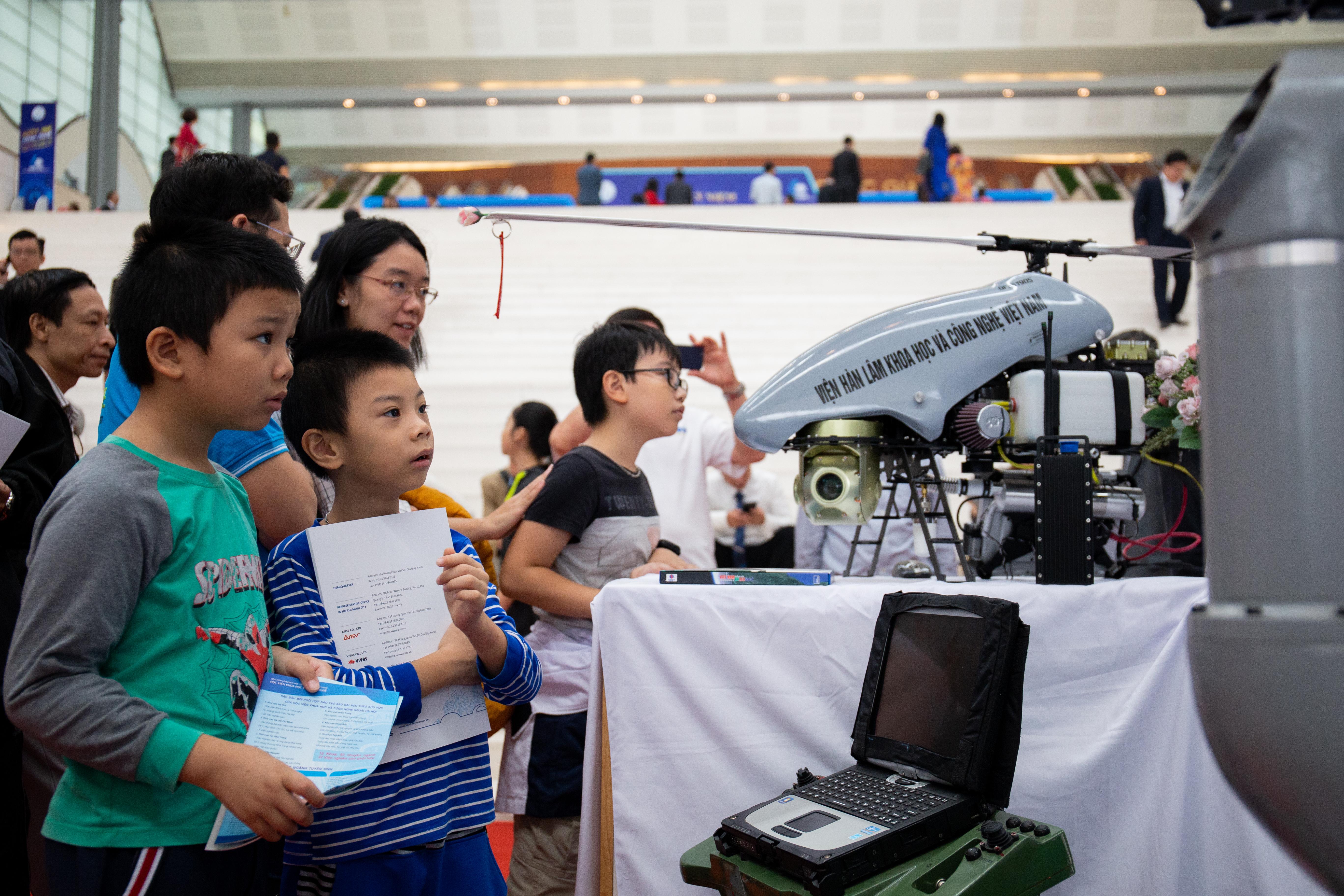 Máy bay điều khiển từ xa Dragonfly 26 ở gian hàng trưng bày của Viện Hàn lâm Khoa học và Công nghệ Việt Nam tại lễ kỷ niệm 60 năm thành lập Bộ Khoa học và Công nghệ. Ảnh: Hoàng Nam