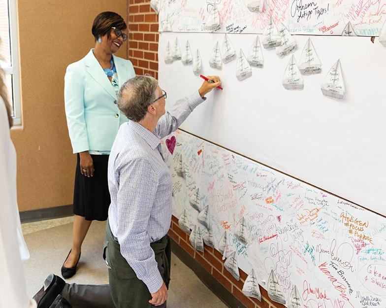 Bill Gates thăm ngôi trường Howard