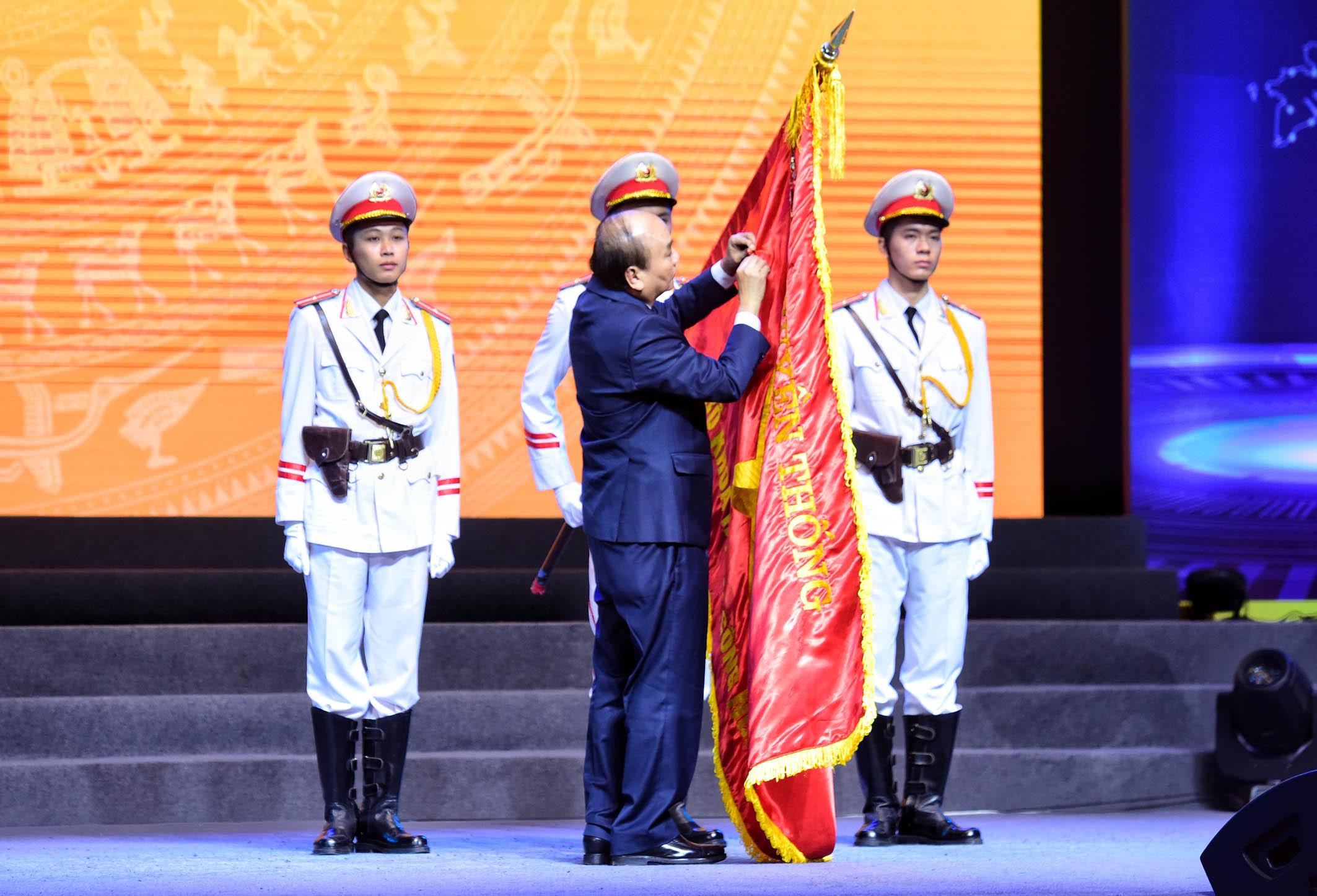 Thủ tướng gắn Huân chương Lao động hạng Nhất cho Bộ Khoa học và Công nghệ.