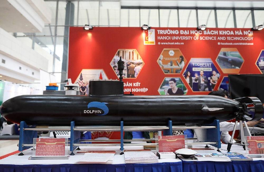 Thiết bị lặn không người lái Dolphin kích thước 2100x250cm, nặng 80 kg, lặn tối đa 50m trong thời gian 6-8h của Đại học Bách khoa Hà Nội. Ảnh: Hoàng Nam