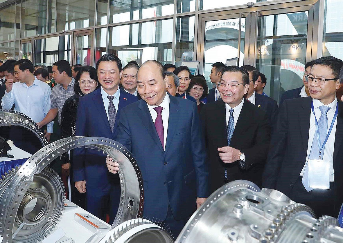 Thủ tướng Nguyễn Xuân Phúc, Phó Chủ tịch nước Đặng Thị Ngọc Thịnh, Bộ trưởng Bộ KH&CN Chu Ngọc Anh, cùng các đại biểu thăm các gian hàng trưng bày tại lễ kỷ niệm 60 năm thành lập Bộ Khoa học và Công nghệ. Ảnh: TTXVN