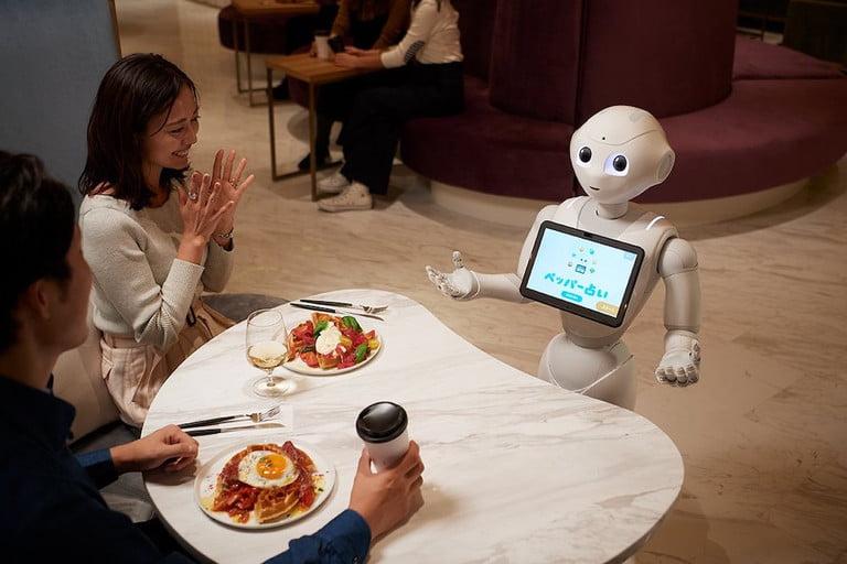 Robot phục vụ sẽ khiến khách hàng hiếu kỳ và thích thú. Ảnh: Softbank Robotics.