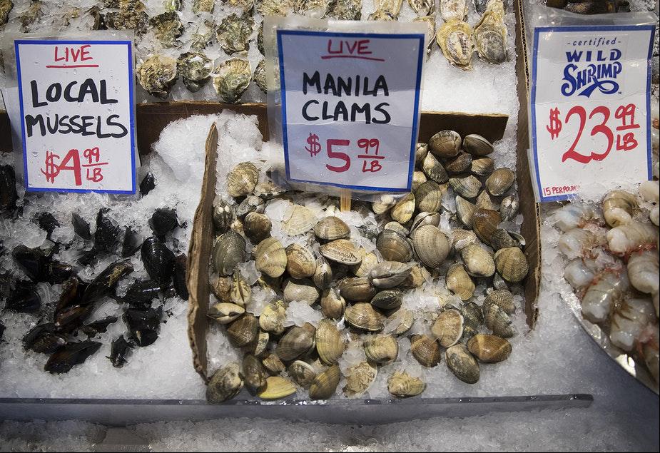 Hàu, vẹm và ngao được bày bán tại cửa hàng của City Fish Co., khu chợ Pike Place ở Trung tâm Seattle, bang Washington (Mỹ). Nguồn: Megan Farmer.