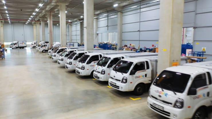 Xe tải vận chuyển tại một trong những trung tâm xử lý đơn hàng của Coupang tại Hàn Quốc. Ảnh: CNBC.