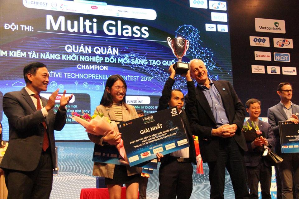 Thứ trưởng Trần Văn Tùng trao giải quán quân cuộc thi Tìm kiếm tài năng KN ĐMST Việt Nam 2019. Đội Multi Glass sẽ đại diện Việt Nam tham dự Startup World Cup 2020 được tổ chức tại San Francisco, Mỹ.
