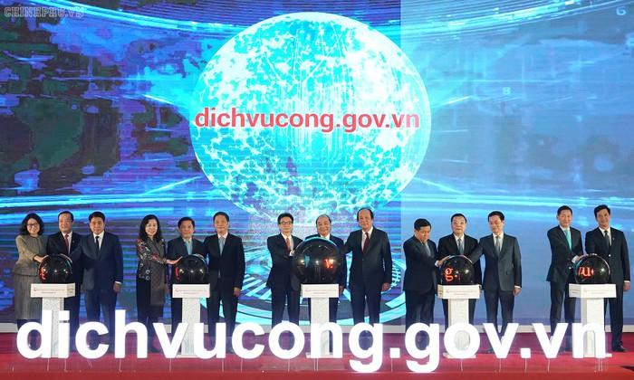 Thủ tướng Nguyễn Xuân Phúc và các đại biểu thực hiện nghi thức khai trương Cổng DVCQG. Ảnh: VGP