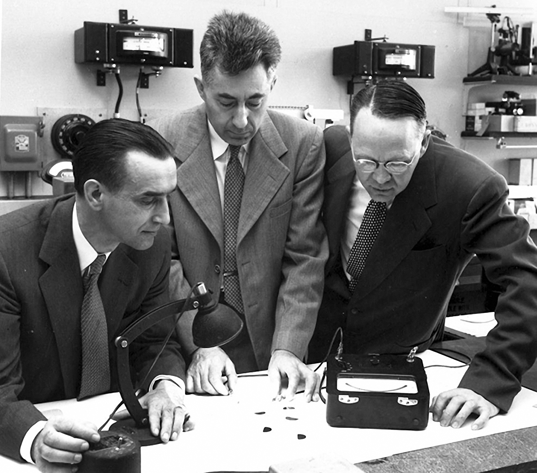 Nhóm nghiên cứu tại Bell Labs thử nghiệm các tế bào quang điện silic (Từ trái qua phải: Pearson, Chapin và Fuller). Ảnh: History.
