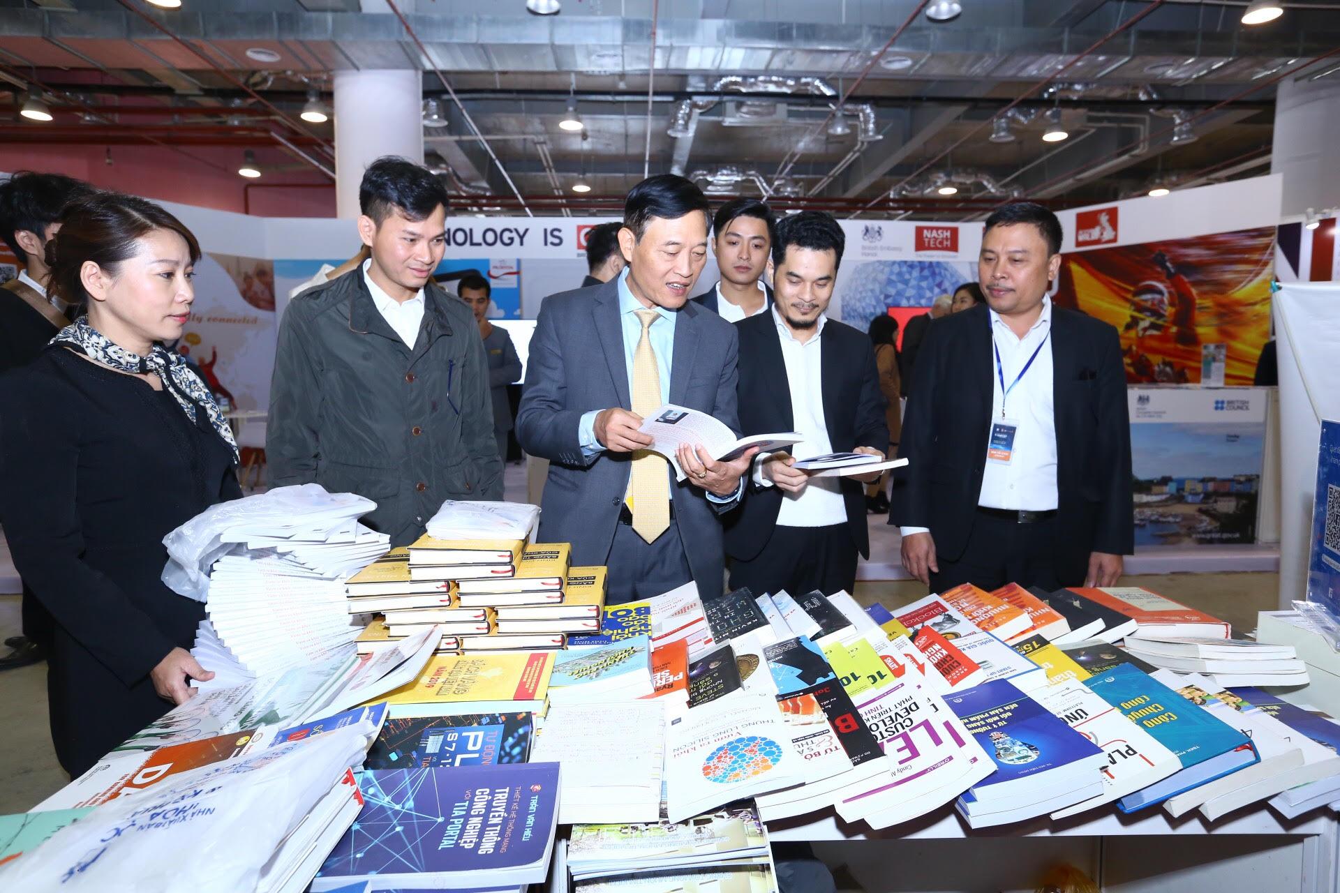 Thứ trưởng Bộ KH&CN Trần Văn Tùng tham quan gian hàng của Nhà xuất bản KH&KT tại Techfest Vietnam 2019.