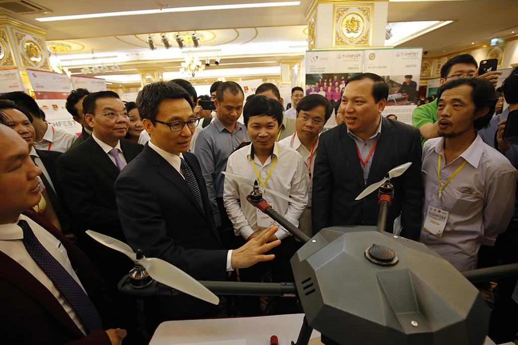 Phó Thủ tướng Vũ Đức Đam thăm gian hàng triển lãm tại Techfest.