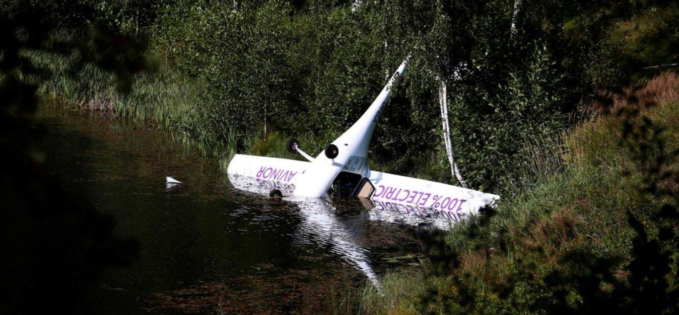 Mùa hè 2019, hãng Avinor của Nauy có thử nghiệm một chiếc máy bay điện tự lái, nhưng không may là nó đã đâm xuống lòng hồ. Arnh: Reuter.