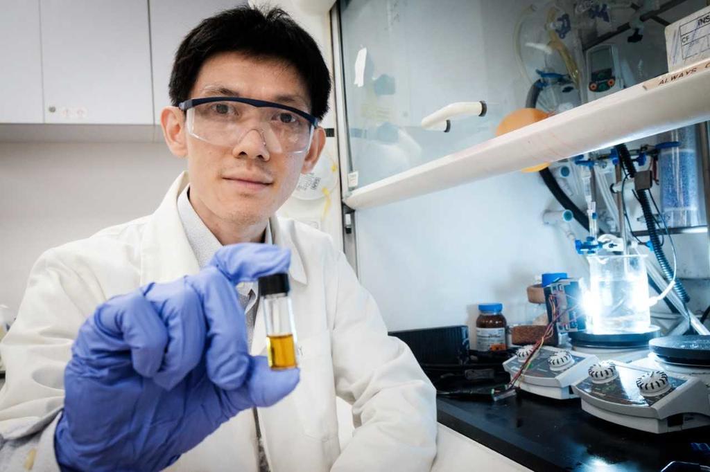 Soo Han Sen cầm lọ dung dịch sau khi trộn nhựa với hóa chất. Ảnh: NTU.