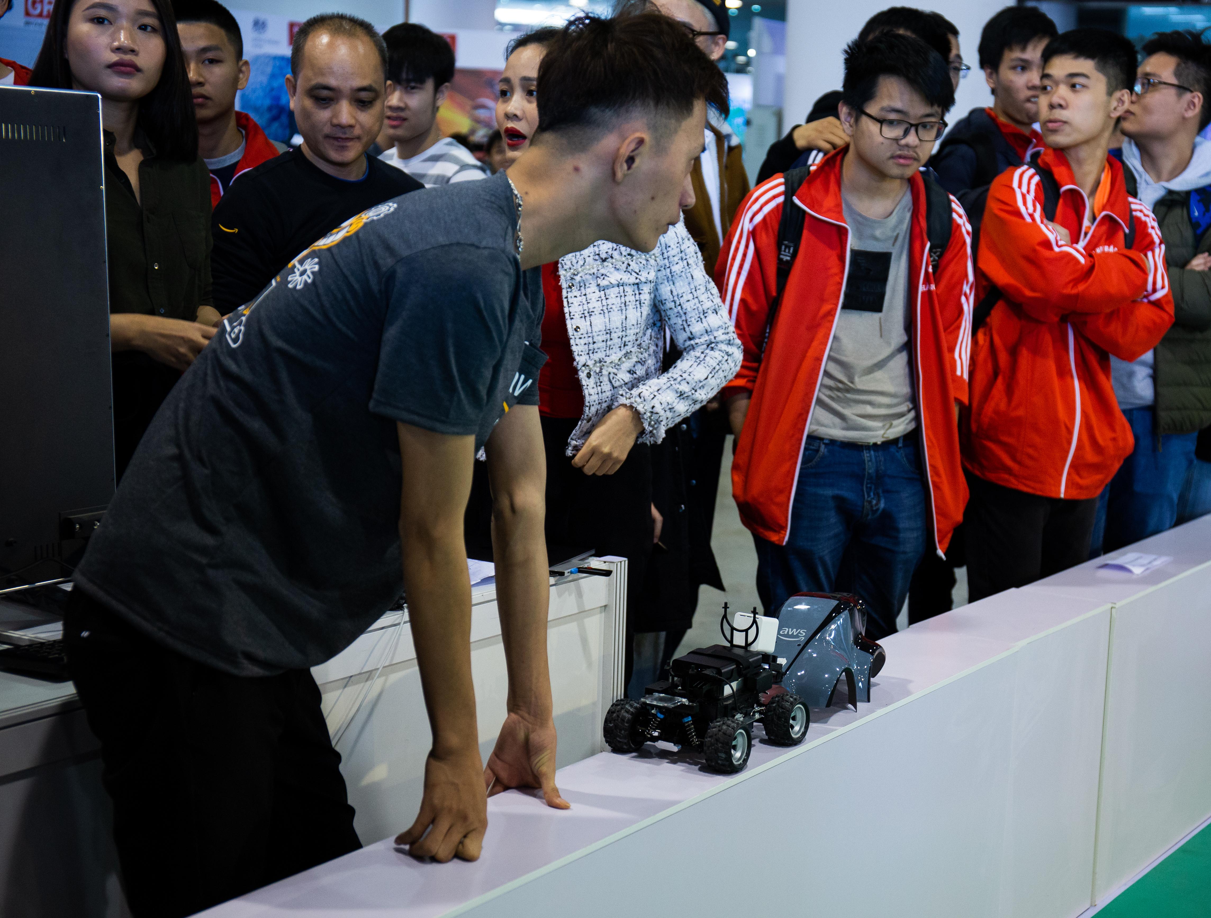 Sinh viên Đại học Bách khoa Hà Nội chuẩn bị cho DeepRacing, đua các xe chạy dựa trên mô hình học máy, tại Techfest 2019.