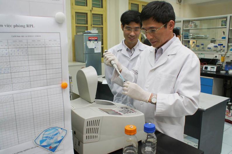 GS.TS Phan Tuấn Nghĩa (phải) trong PTN Trọng điểm công nghệ Enzym và Protein, ĐH Khoa học Tự nhiên, ĐH Quốc gia Hà Nội. Ảnh: vnu.edu.vn