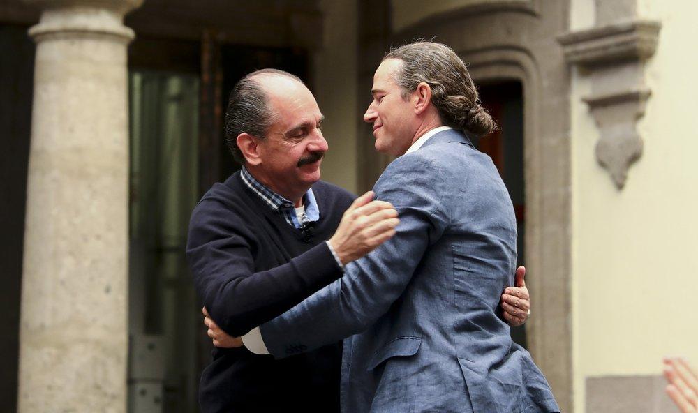 Cái ôm giữa hậu duệ Cortés và Montezuma đánh dấu kỷ niệm 500 năm ngày Cortés đặt chân đến thành phố Mexico. Nguồn: AP