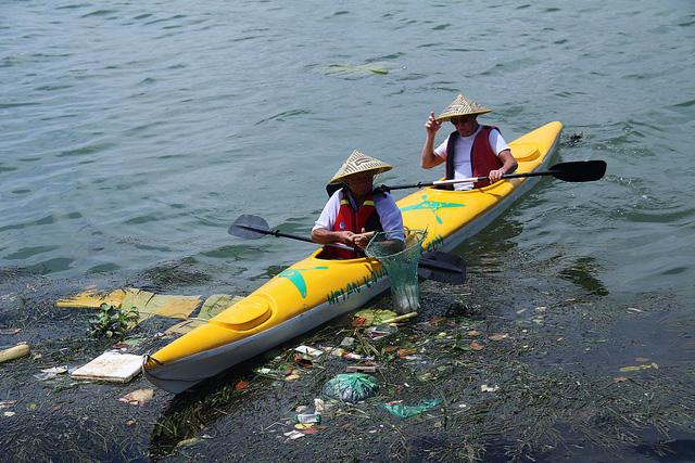 Thu gom rác thải trên sông Hoài ở Hội An, Quảng Nam. Nguồn: Quảng Nam Online