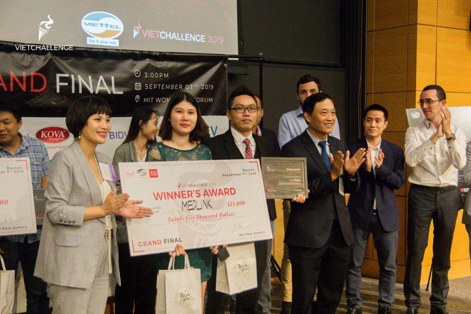 Thứ trưởng Bộ KH&CN Trần Văn Tùng trao giải cho Medlink – startup vượt qua 400 dự án của người Việt trên toàn thế giới để vô địch Vietchallenge 2019.