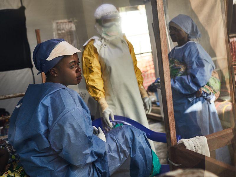 Các nhân viên y tế làm việc tại nơi bùng phát dịch Ebola ở Congo. Ảnh: Redux.
