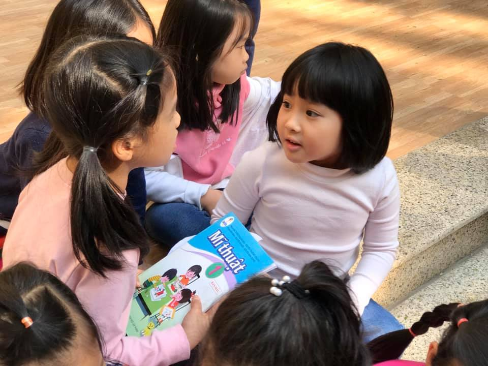 Các em học sinh Trường Tiểu học thực hành Nguyễn Tất Thành (thuộc ĐHSP Hà Nội) lần đầu trải nghiệm sách Mỹ thuật 1 'Cánh Diều'. Ảnh: Sách giáo khoa Cánh Diều.