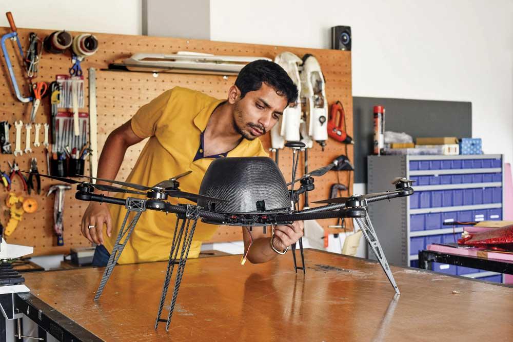 """Vipul Singh, CEO của startup Aarav Unmanned System với sản phẩm thiết bị bay không người lái đã lọt vào top 10 cuộc thi """"Thử thách thiết kế Qualcomm Ấn Độ"""" do Qualcomm tổ chức ở Ấn Độ năm 2016. Nguồn: Openthemagazine"""