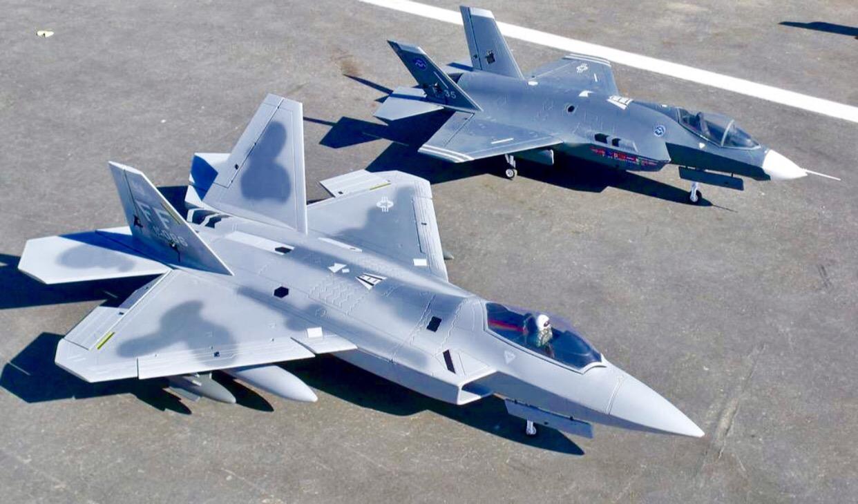 Chiến đấu cơ tàng hình F-22 và F-35 thuộc thế hệ 5 tiên tiến nhất của Quân lực Hoa Kỳ, những công nghệ giúp họ duy trì ưu thế so với các đối thủ cạnh tranh trực tiếp là Nga và Trung Quốc. Ảnh: U.S. Air Force.