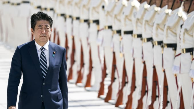 Đương kim thủ tướng Nhật Shinzo Abe được cho là người có lập trường cứng rắn, và ông cũng không ít lần ủng hộ quan điểm Nhật Bản cần sở hữu năng lực răn đe hạt nhân. Ảnh: Japan Times.