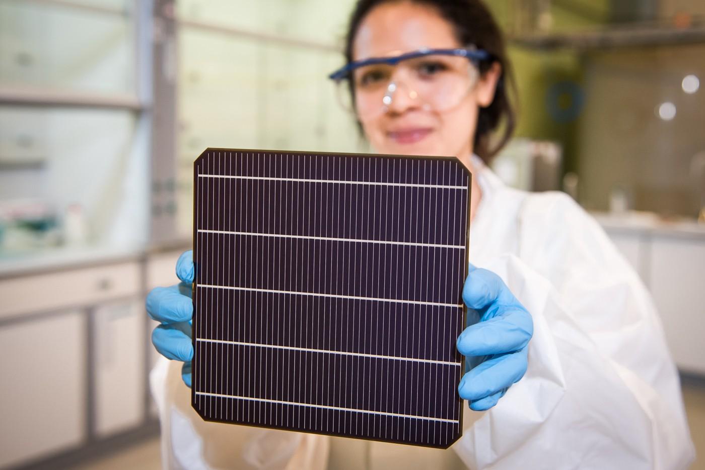 Pin Mặt trời làm bằng vật liệu perovskite. Ảnh: Oxford PV.