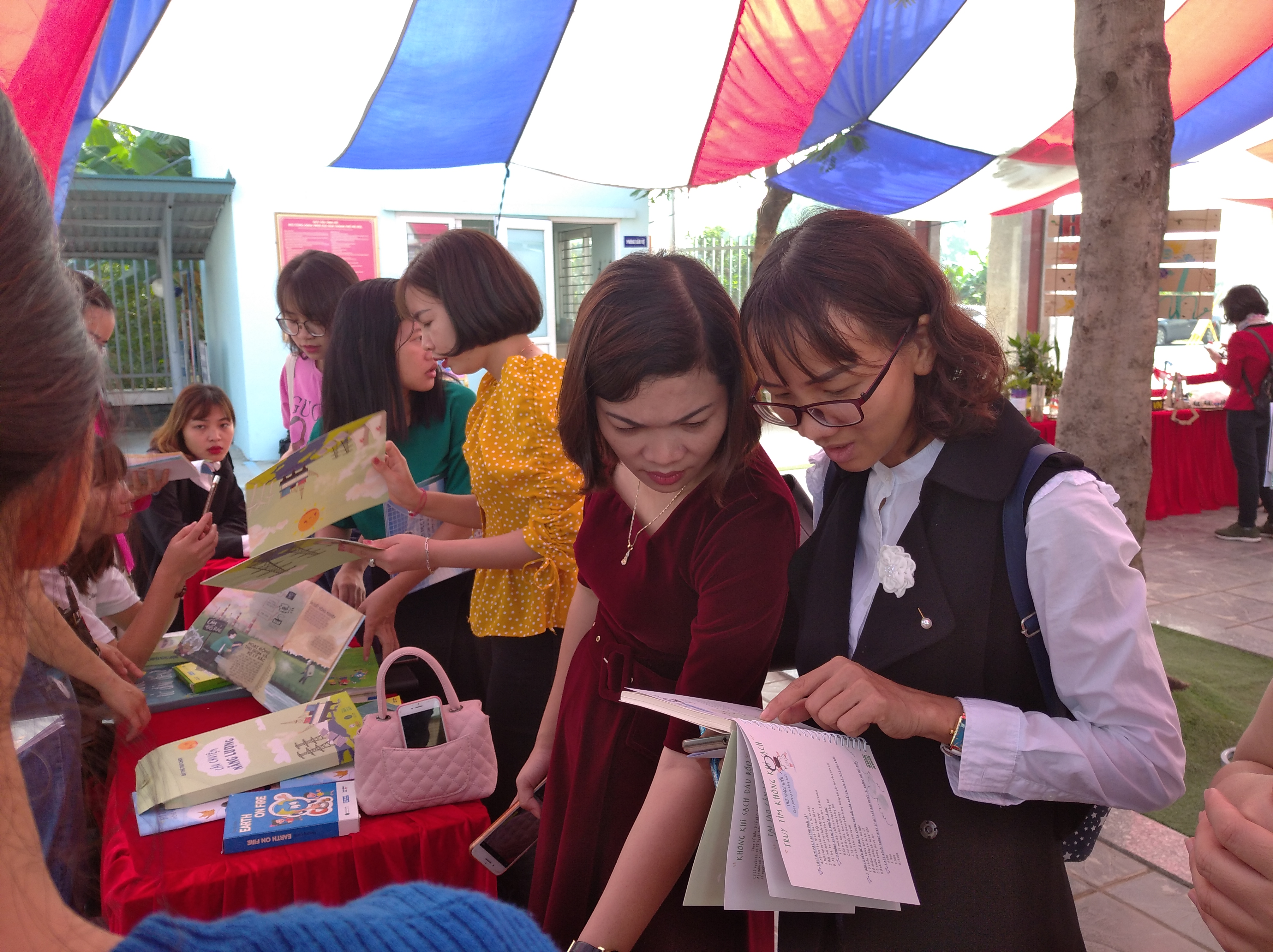 Phụ huynh trao đổi về những cuốn sách, học liệu liên quan đến trái đất và môi trường