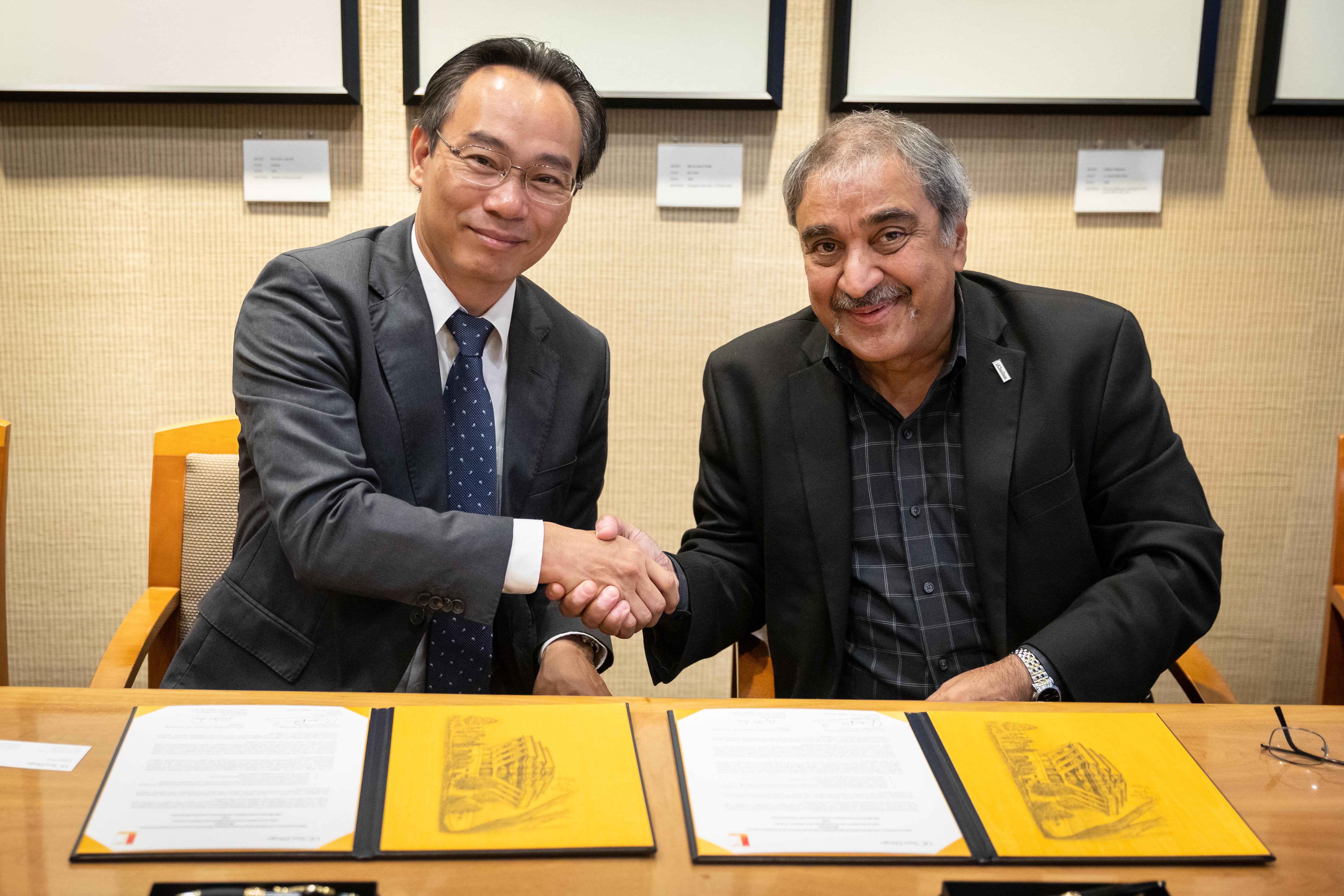 Hiệu trưởng Hoàng Minh Sơn và Hiệu trưởng Pradeep Khosla trong lễ ký biên bản ghi nhớ hợp tác về đào tạo và nghiên cứu khoa học giữa Đại học Bách khoa Hà Nội với Đại học California, San Diego, 22/8/2019. Ảnh: HUST
