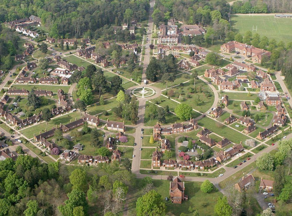 Whiteley Village, một làng kiểu mẫu ở Surrey, được xây dựng trên một khu đất hình bát giác. Ảnh: Mike Roycroft/Wikimedia.