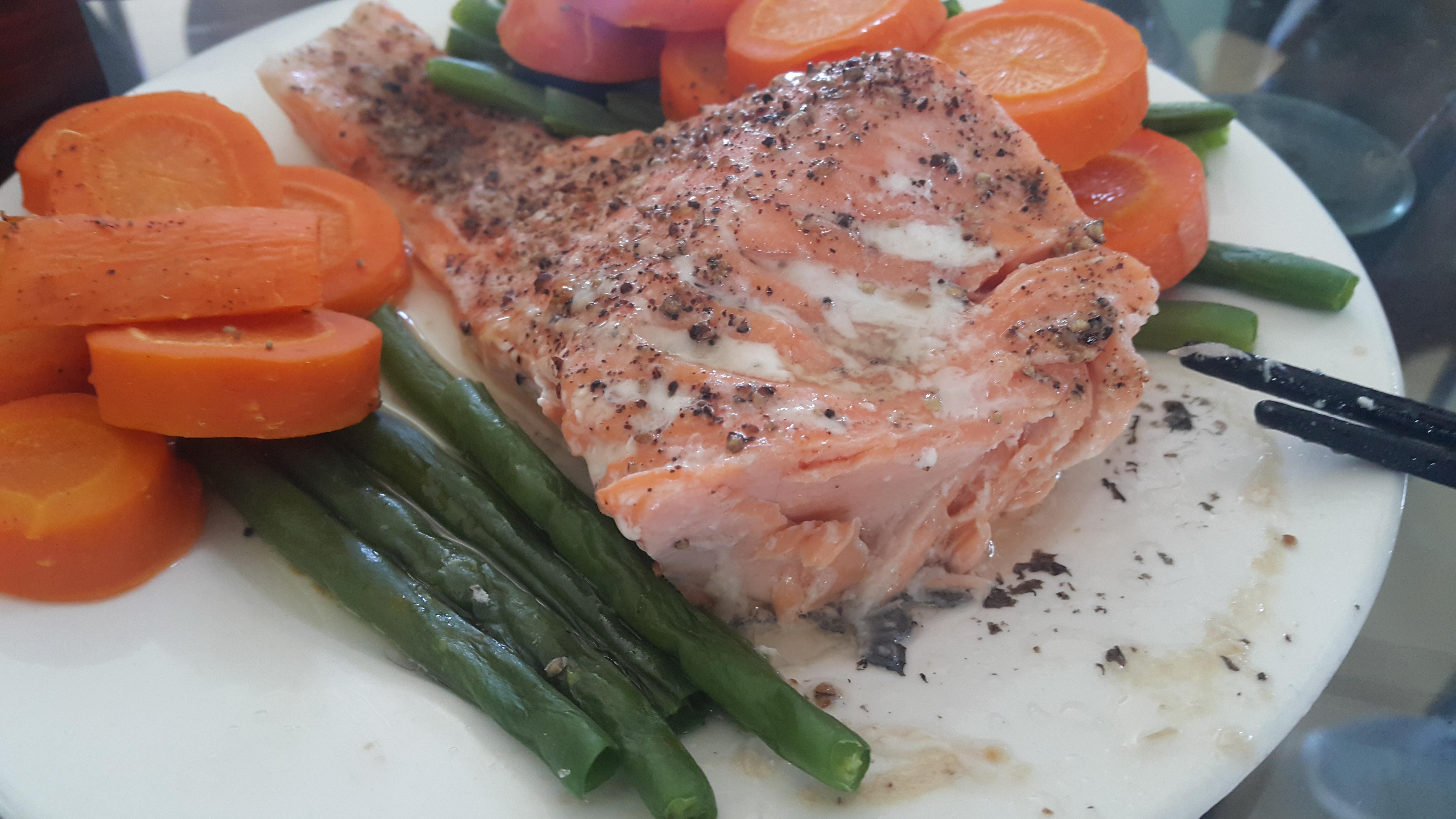 Món cá hồi thịt đỏ hồng được nhiều người chuộng. Nếu nấu sous vide (một loại nồi có nhiệt độ cố định, thấp, thức ăn được cho vào túi nylon hút chân không), màu thịt sẽ giữ nguyên còn đỏ hơn nữa. Ảnh: Ngữ Yên
