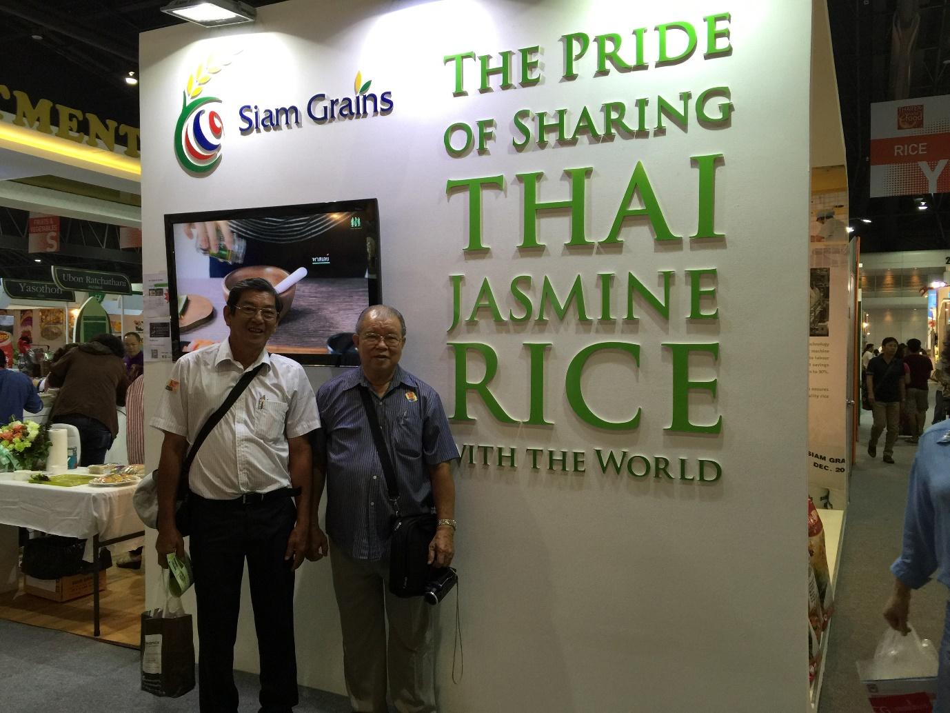 GS. Võ Tòng Xuân và kỹ sư Hồ Quang Cua trong Đoàn Sóc Trăng tham dự học kinh nghiệm marketing thương hiệu gạo tại Hội Chợ ThaiFex, Bangkok, Thái Lan.