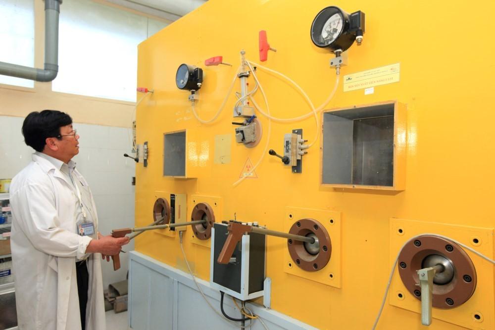 ThS Dương Văn Đông (Viện Nghiên cứu hạt nhân Đà Lạt) sản xuất đồng vị phóng và dược chất phóng xạ. Nguồn: Vietnamnet
