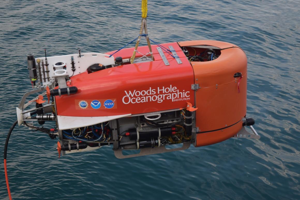 Chiếc NUI đang lặn xuống đáy biển Aegean Sea ở độ sâu dưới 500 m để khám phá núi lửa Kolumbo. Ảnh: Evan Lubofsky/Viện Hải dương học Woods Hole.