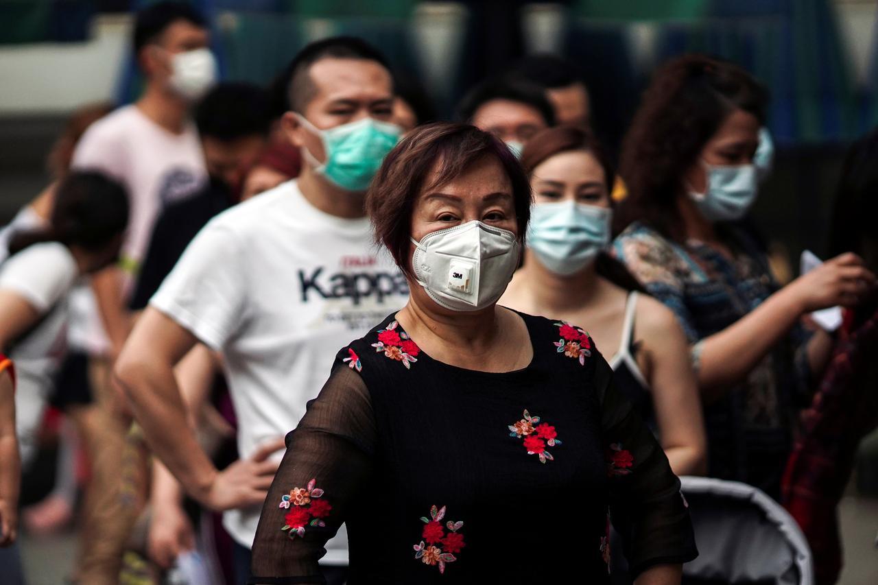 Đeo khẩu tranglà một cách phòng chống dịch và một số bệnh đường hô hấp | Ảnh: Reuters/Thái Lan
