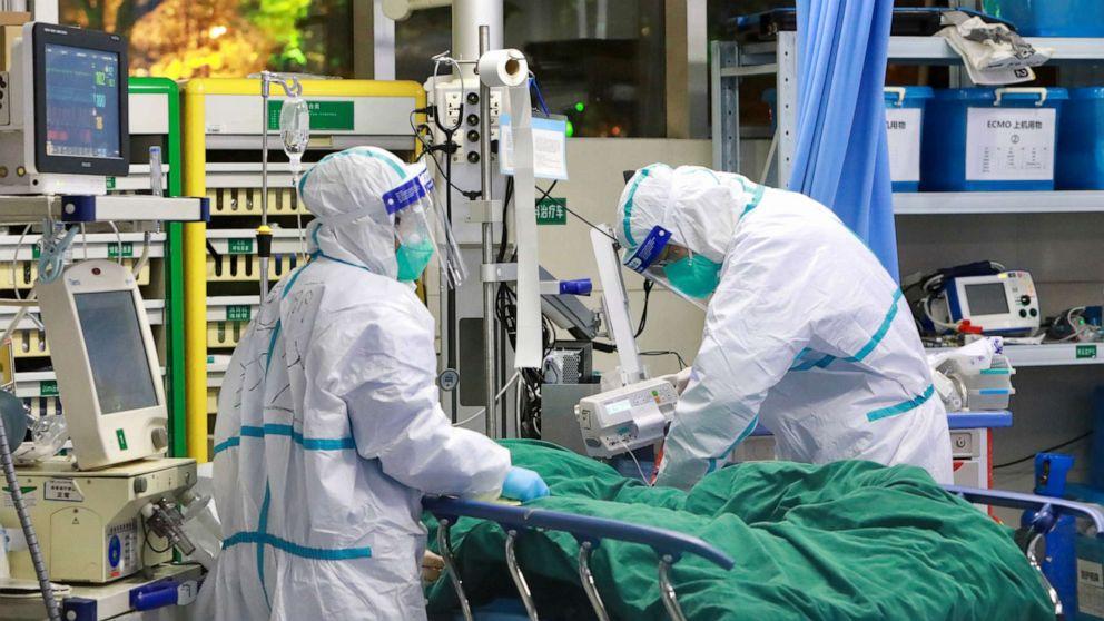 Nhân viên y tế trong bộ đồ bảo hộ điều trị một bệnh nhân bị viêm phổi do coronavirus mới gây ra tại Bệnh viện Trung Nam của Đại học Vũ Hán ngày 28/1/2020 | Ảnh: China Daily/Reuters