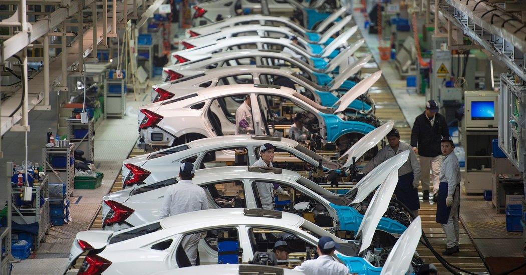 Bên trong nhà máy của Tập đoàn xe hơi Đông Phong ở Vũ Hán. Ảnh: NYT.