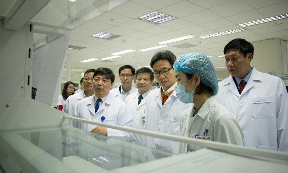 Phó Thủ tướng Vũ Đức Đam kiểm tra phòng xét nghiệm của Bệnh viện Bệnh Nhiệt đới Trung ương cơ sở 2. Ảnh: Nguyễn Chi.