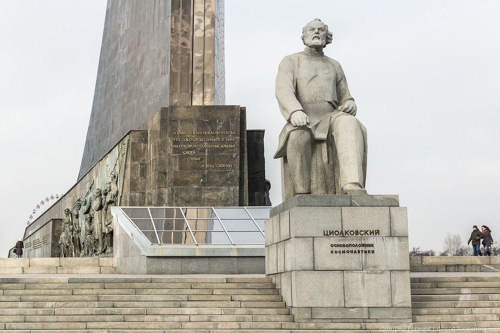Tượng Konstantin Tsiolkovsky phía trước đài kỷ niệm. Ảnh: dmrog.livejournal.com.