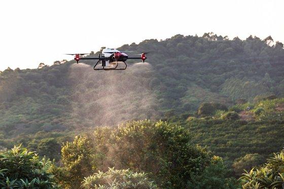 Các loại drone đang ngày càng được tin dùng để giám sát sự sinh trưởng của cây trồng, vật nuôi, quan trắc môi trường, hay để phun thuốc, ... Ảnh: XAG.