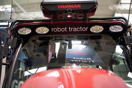 Một loại máy kéo tự động do hãng Yanmar của Nhật phát triển. Ảnh: Mark Pasveer.