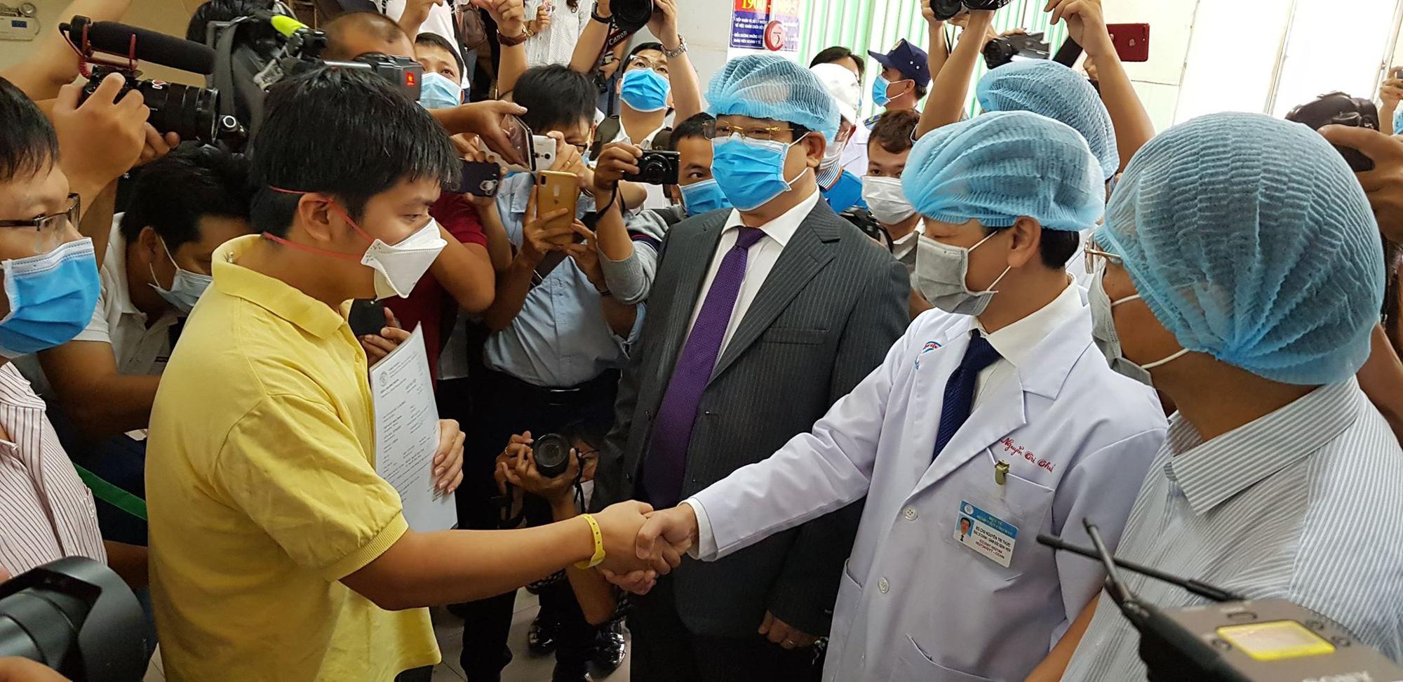 Ban giám đốc Bệnh viện Chợ Rẫy chúc mừng bệnh nhân người Trung Quốc 27 tuổi ra viện. Nguồn: nld.com.vn