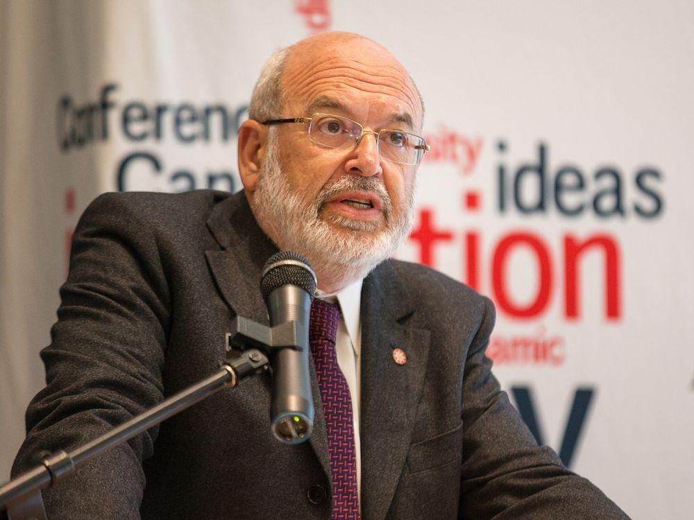 Ngài Peter Gluckman, nguyên trưởng cố vấn khoa học cho chính phủ New Zealand, có bài phát biểu tại Đại học Ottawa năm 2017 về khoa học và chính trị trong một thế giới đầy rắc rối. | Nguồn: Postmedia
