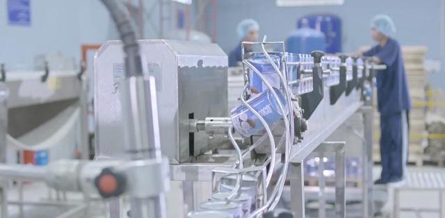 Dây chuyền đóng lon sản phẩm nước cốt dừa của công ty chế biến dừa Lương Quới, nơi ứng dụng thành công công nghệ chế biến mới, đảm bảo sản phẩm đạt tiêu chuẩn quốc tế. Ảnh: cafef