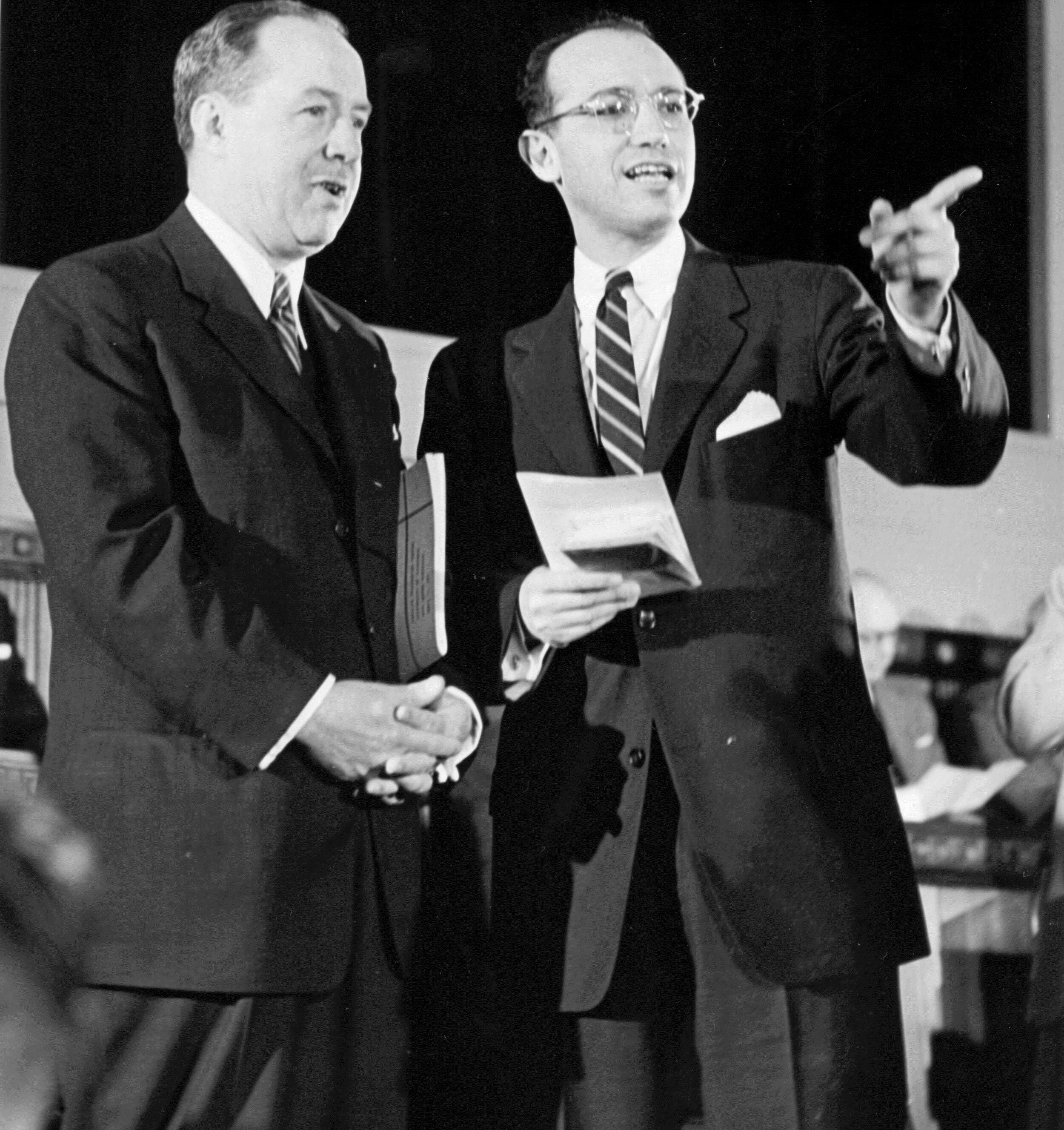 Jonas Salk (bên phải) và Thomas Francis chế tạo thành công vaccine cúm bất hoạt đầu tiên. Ảnh: History.