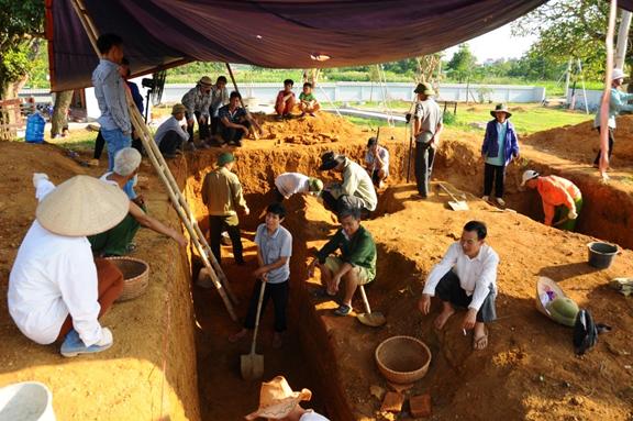 Người dân được tập huấn và tham gia thực hiện những thao tác đơn giản trên công trường khai quật di tích mộ cổ Việt Yên. Nguồn: Bộ môn khảo cổ học