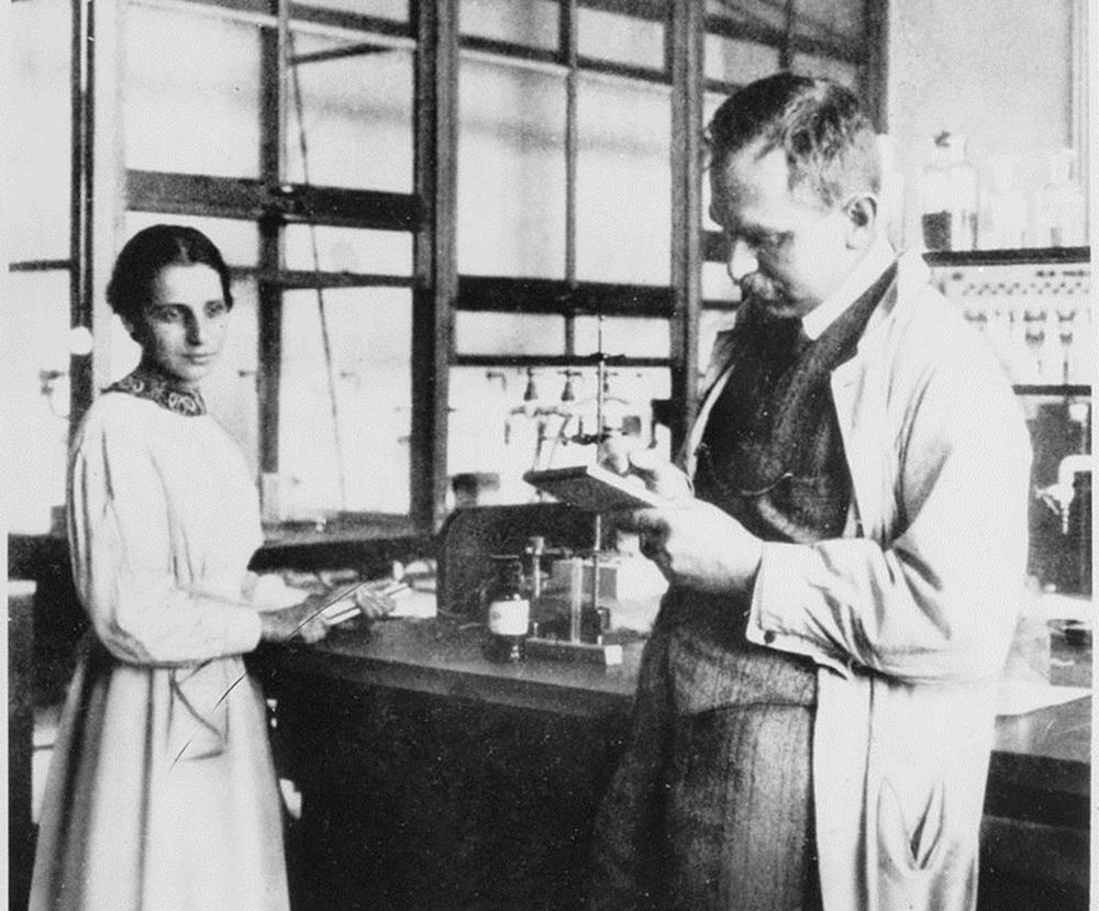 Lise Meitner (bên trái) và Otto Hahn trong phòng thí nghiệm. Ảnh: History.