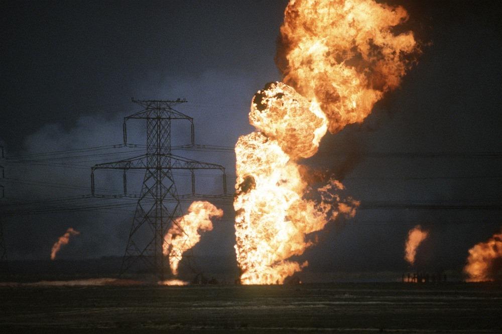 Một giếng dầu tại Kuwait bốc cháy trong Chiến dịch Bão táp Sa mạc (Chiến tranh Vùng Vịnh) năm 1991. Ảnh: David Mcleod.