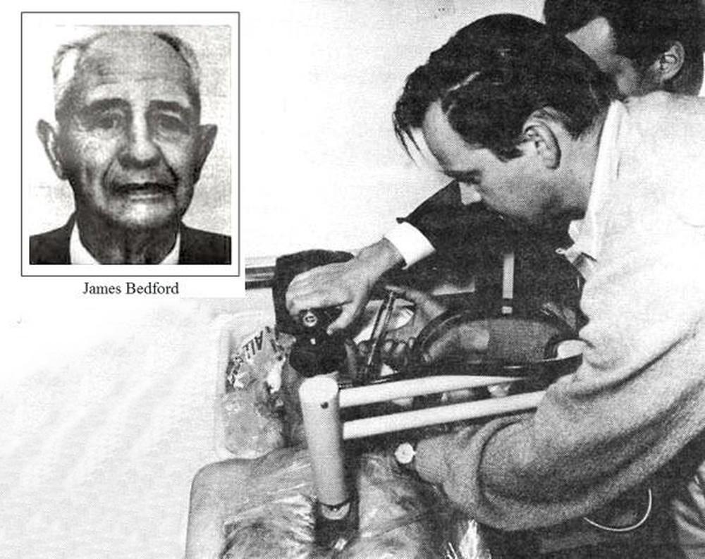 Các bác sĩ tiêm hóa chất chống đông dimethyl sulfoxide vào máu của Bedford. Ảnh: Alcor.